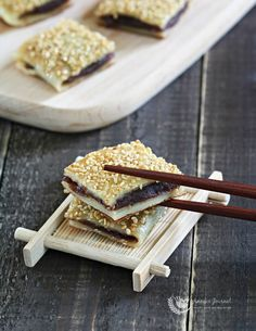 Red Bean Pancake 豆沙窝饼 is a popular snack in most Chinese restaurants and it is quite easy to make this delicious pancake at home with a few ingredients. Chinese Deserts, Chinese Food, Chinese Pancake, Korean Food, Asian Desserts, Asian Recipes, Tasty Pancakes, Almond Cookies, Red Beans