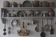 Primitive kitchenware keuken rek met oude vertinde potterie