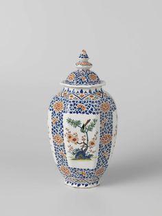 De Grieksche A | Pot met deksel, achtkantig, beschilderd met perken met bloeiende boom, De Grieksche A, Adrianus Kocx, ca. 1695 - ca. 1700 | Omgekeerd eivormige, achtkantige pot van veelkleurig beschilderde faience, met een deksel. De pot is in Kakiemon-stijl beschilderd. Tussen bloemenbanden zijn langwerpige perken waarin een bloeiende boom op een grond is geschilderd. In de boom zit een vogel. De pot is gemerkt.