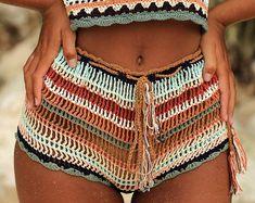 Best Swimwear Bikini Crochet One Piece Ideas Crochet Clothes, Diy Clothes, Crochet Shorts Outfit, Crochet Shorts Pattern, Mode Hippie, Multi Coloured Shorts, Mode Crochet, Boho Outfits, Crochet Bikini