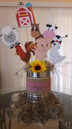 Centro de mesa granja en fomi Party Animals, Farm Animal Party, Barnyard Party, Farm Party, Cow Birthday, Farm Animal Birthday, Cowgirl Birthday, 2nd Birthday Parties, Birthday Party Decorations