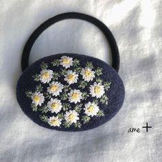 ギャラリーをご覧頂きましてありがとうございます紺色のスウェード生地に、ノースポールのお花を咲かせました✨冬の訪れを伝えてくれる、雪のように咲く白いお花あ〜冬なんだな〜♪と、感じさせてくれます(^-^)✳4枚目のお写真は裏側の見本になります。・ヘアゴム...