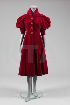 Elsa Schiaparelli evening coat (front), c. late 1930s, Paris #thirties #outerwear