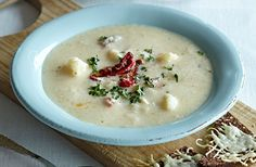 Blomkålssuppe er dejlig vintermad og god hverdagsmad. Her får du opskriften på en klassisk blomkålssuppe piftet op med semi-dried tomater