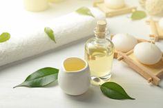 Das Teebaumöl hilft besonders bei Akne und anderen Hautproblemen. Wir zeigen hier wie man das Öl richtig anwendet.