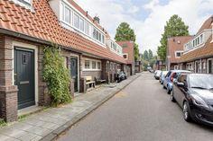 Te koop: Oterleekstraat 9, Amsterdam - Hoekstra en van Eck - Méér makelaar. Verhuizen en zonder klussen wonen! Dat kan in deze gerenoveerde eengezinswoning met heerlijke zonnige tuin. Het huis heeft een prachtige afwerking met moderne en tijdloze kleurstellingen. Daarnaast kenmerkt de woning zich door een lichte woonkamer, moderne keuken, prachtige badkamer en 2 fijne slaapkamers. De centrale ligging in Tuindorp Nieuwendam op loopafstand van voorzieningen maakt het woongenot compleet!