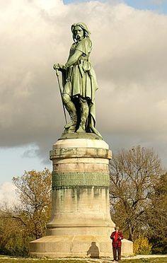 César prêté la formule à Vercingétorix, Napoléon III l'a fait graver en 1865 sur le socle de la satue d'Aimé Millet, sculpteur graveur, médailleur et peintre français, né à Paris le 28septembre1819 et mort le 14janvier1891, qui domine le village d'Alise-Sainte-Reine en Côte-d'Or en Bourgogne.