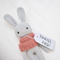 """Irre ich mich oder ist der Begriff """"knuddeln"""" voll 90er? #hopplibobbli #häkelnfürsbaby #geburtsgeschenk #häkeldinge #babygeschenk #häkelliebe #häkelnfetzt #babystuff #handmade #rassel #häkeln #Baby #Geburt #schwanger #rattle #handgemacht #handmadewithlove #crochet #hasenrassel #häkelhase #madewithlove #individuell #geschenkefürbabys #mama2017 #baby2017 #schwanger2017#springtime #schachenmayr"""