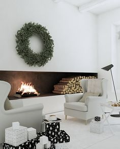 Christmas wintery scene all white living room with incredible fireplace and huge wreath Minimalistic winter cabin Christmas decor Cabin Christmas Decor, Christmas Interiors, Christmas Home, Modern Christmas, Minimalist Christmas, Christmas Bedroom, Green Christmas, Beautiful Christmas, Simple Christmas