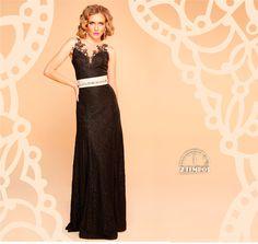 Dica para sua festa! O vestido longo e preto é sempre uma aposta que dá certo. Ah! E os dois cintos, um sobre o outro, pode customizar o seu look e destacar os destalhes. Que tal?