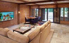 Horizontale natürliche Holzverkleidung kann eine wunderschöne Ergänzung für ein Familienzimmer.