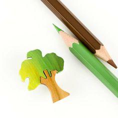 Broche de madera maciza. Copa pintada en verde o rojo en varios tonos. Acabado con barniz. Broche con caperuzón de seguridad.