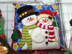 Cojin Pareja de Nieves Christmas Stocking Kits, Felt Christmas Stockings, Christmas Sewing, Christmas Time, Snowman Quilt, Christmas Cushions, Snowman Crafts, Christmas Decorations, Holiday Decor