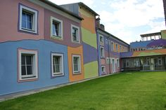 Hundertwasser lässt grüßen. Eine Fassade für eine Sozialeinrichtung, etwas bunter.