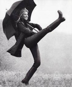 Jennifer Aniston, looking happy and kicking up her heels. We have the same birthday, so I understand how she couldn't get down with having all those kids! Jennifer lives on her own terms! Jennifer Aniston Pictures, Jenifer Aniston, Nelly Furtado, Walking In The Rain, Singing In The Rain, Divas, Foto Fun, I Love Rain, Justin Theroux