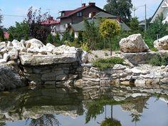 Kamienne nadbrzeże stawu