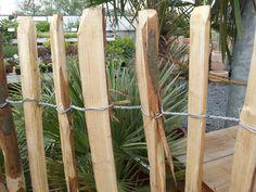 Premium Staketenholzzaun aus Kastanie Unser  Premium Staketenzaun  aus  Kastanienholz  zeichnet sich durch die besonders festen Wicklung und die abgerundeten Spitzen aus. Der  Premium Kastanienzaun  ist besonders für den...