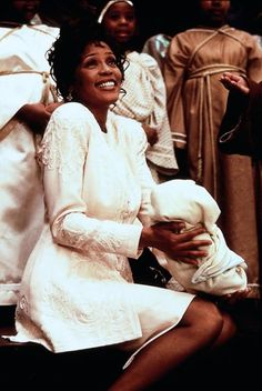 Whitney Houston The Preacher's Wife Beverly Hills, Whitney Houston Pictures, Preachers Wife, Denzel Washington, Retro Aesthetic, African American Women, Dark Beauty, Mariah Carey, Celebs