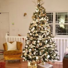 White Christmas Tree Decorations, Country Christmas Trees, Elegant Christmas Trees, Red And Gold Christmas Tree, Christmas Tree Inspiration, Classy Christmas, Farmhouse Christmas Decor, Christmas Home, Christmas Tree Ideas