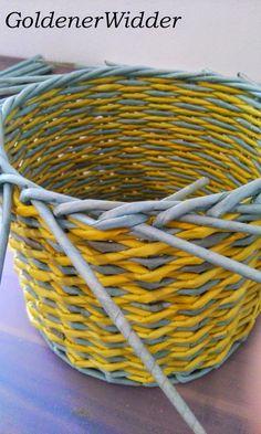 """Плетение из газетных трубочек: Узор """"крестики"""" одинарной трубочкой внутри. Нечётное количество. Круглая форма. Newspaper Crafts, Diy Home Crafts, Basket, Crafty, Quilts, Tutorial, Home Decor, Newspaper, Hampers"""
