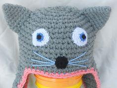 Cappellino gattino realizzato all'uncinetto di colore grigio con bordino rosa ed occhi azzurri