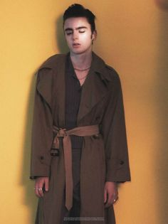 David Sims photographs Lennon Gallagher in a Maison Margiela trench with Balenciaga trousers, and a Valentino shirt. David Sims, Liam Gallagher, Male Fashion Trends, Mens Fashion, Oasis Music, Valentino Shirt, The Fashionisto, Celebrity Kids, Cool Bands
