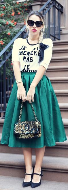 Wearing a midi skirt will give you a stylish look and a sense of elegance. We found you 16 Outfit Ideas With A Midi Skirt to show you how you can wear it. Modest Skirts, Modest Outfits, Classy Outfits, Modest Fashion, Skirt Fashion, Love Fashion, Style Fashion, Fashion Ideas, Midi Skater Skirt