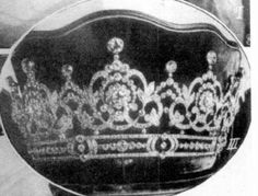 Tiara of Archduchess Maria Josefa, mother of Emperor Charles I in a scalloped case. (Photos of the tiara worn at weddings on source.)