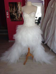Commande 2015; Robe de mariée courte devant et longue à l'arrière en mouchoirs de tulle ivoire,décolleté poitrine en pointe.