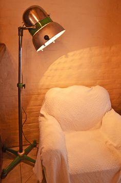 Antigo secador de cabelos transformado em uma exclusiva luminária.