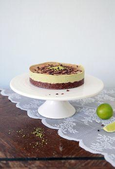 Lime-suklaa-kakku (raaka, maidoton, gluteeniton, sokeriton)  Pohja: 2,5 dl Manteleita 5 rkl Pähkinävoita (Itse käytin raakaa saksanpähkinävo...