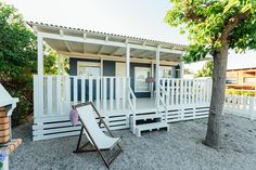 Mobil Home de alquiler, con vistas al mar, en el camping situado en la Costa Dorada. Outdoor Chairs, Outdoor Furniture, Outdoor Decor, Parking, Pergola, Outdoor Structures, Navy, Sea, Home Decor