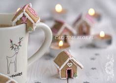 Mini Gingerbread house to decorate Hot Chocolate. Tooooo freakin adorable! (In a different language...)
