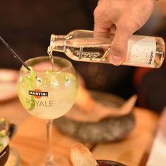 Um dos maiores orgulhos do@laminga_clé seu bar de alto nívelcom drinks tracionais e exclusivos produzidos com bebidas selecionadas e ervas cultivadas na horta própria experimentamos oPistón de la Casa um drink feito com Pisco triple destilado Martini Bianco raspas de limão e a famosa Tônica 1724. Contamos tudo aqui:http://bit.ly/LamingaR . . . . .  #laminga_cl #laminga #comidachilena #chileanfood #Chilegram #turistikchile #Chile #MeGusta #SantiagoNoPara #santiago #instachile #restaurante…