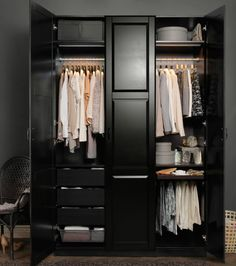 Темно-коричневый гардероб с одеждой в пастельных тонах
