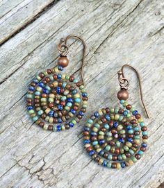 Colorful Boho Spiral Beaded Earrings by RusticaJewelry on Et .- Bunte Boho-Spirale Perlen Ohrringe von RusticaJewelry auf Etsy Colorful Boho Spiral Beaded Earrings by RusticaJewelry on Etsy - Seed Bead Jewelry, Seed Bead Earrings, Beaded Earrings, Boho Jewelry, Jewelry Crafts, Beaded Jewelry, Seed Beads, Pearl Earrings, Jewellery Box
