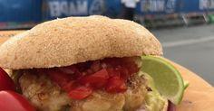 Server den på ekte meksikansk vis, med hjemmelaget tomatsalsa og guacamole.