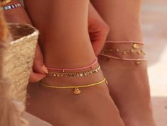 DIY: wijnglazen versieren - super easy & leuk   Follow Fashion Dainty Jewelry, Cute Jewelry, Beaded Jewelry, Jewelry Accessories, Beaded Bracelets, Bracelet Making, Jewelry Making, Accesorios Casual, Stylish Summer Outfits
