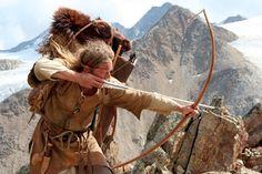Henning schießt mit Pfeil und Bogen