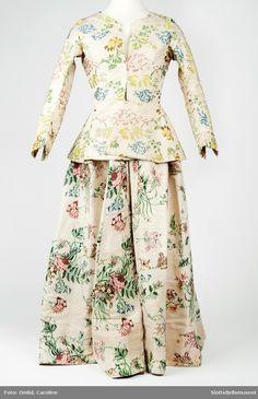 Brukssted: Hynnås, Botne Produksjon: 1740 - 1760 Blomstret brochert silkestoff, ecrufarget med blomster og grener i blått, grønt og rosa.  http://digitaltmuseum.no/021025814043/?query=caroline%20omlid&sort_by=updated_date&rows=72&pos=45&count=1243