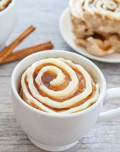 This single serving microwave cinnamon roll mug cake has cinnamon swirls mixed throughout a fluffy cinnamon flavored cake. Its cinnamon roll meets cake in an easy mug cake form. I'm pretty excited with how this mug Mug Recipes, Cake Recipes, Dessert Recipes, Dessert Food, Breakfast In A Mug, Breakfast Recipes, Brunch Recipes, Easy Mug Cake, Mug Cake Healthy