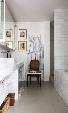 Chaise style Louis XVI ! Détail vintage d'une salle de bain carrelée !