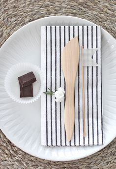 Love the table setting: Natural hues. Bamboo, white and modern stripes Decoracion Low Cost, White Wood, Black And White, Table Setting Inspiration, White Napkins, Red Lantern, Wedding Function, Christmas Tablescapes, Blog Design