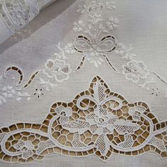 Burano lace hand and guest towels pure linen hand- embroidered: Cutwork Embroidery, White Embroidery, Embroidery Patterns, Machine Embroidery, Antique Lace, Vintage Lace, Art Du Fil, Linens And Lace, Fine Linens