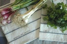 diy vegetable bags for the farmers market Diy Vegetable Bags, Vegetable Storage, Sewing Crafts, Sewing Projects, Craft Projects, Produce Bags, Produce Storage, Easy Diy Gifts, Market Bag