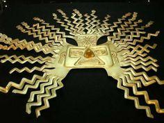 Máscara de oro con la efigie del dios Inti hallada en el antiguo asentamiento de La Tolita. Este diseño es habitual en las máscaras de Inti, con rayos en zig-zag naciendo de la cabeza y rostros o figuras humanas en sus extremos. Museo Nacional de Quito (Ecuador)
