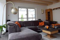 Modernes Wohnzimmer mit italienischer Ledercouch und marokkanischen Leuchten. #wohnzimmer #wohnen #sofa #couch #ledercouch #leder #marokkanisch #leuchten #holzhaus #fertighaus #modern #sichtdecke #neubau #interior #einrichten #architektur #architecture