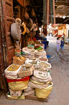 Souks in de northern part of de Medina, de Spice Market just of busy Place des Ferblantiers, Marrakech, Morocco_ Africa