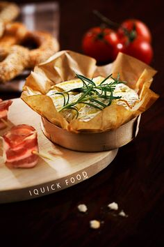 Creamy baked Brie with crispy bacon breadsticks is an amazingly quick snack to share with friends. Check out our savory baked Brie and start baking Baked Brie, Quick Meals, Camembert Cheese, Bacon, Cooking Recipes, Entertainment, Food, Eggs, Breakfast