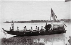 A batelón (or batelote) is a wooden rowboat of medium size that was mainly used for the transportation of rubber on the Amazon and its tributaries..   Rio Madeira, Bolivia/Brazil. 1908-1911. Photographer: Dr. Bauler, Switzerland.